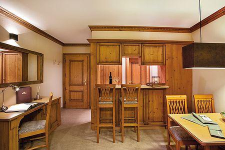 Großflächiger schön eingerichteter Wohnraum