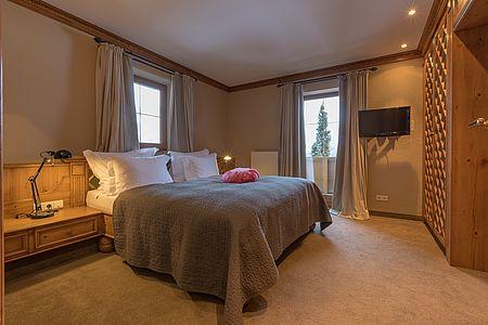 Gemütlich im Tiroler Stil eingerichtete Schlafzimmer