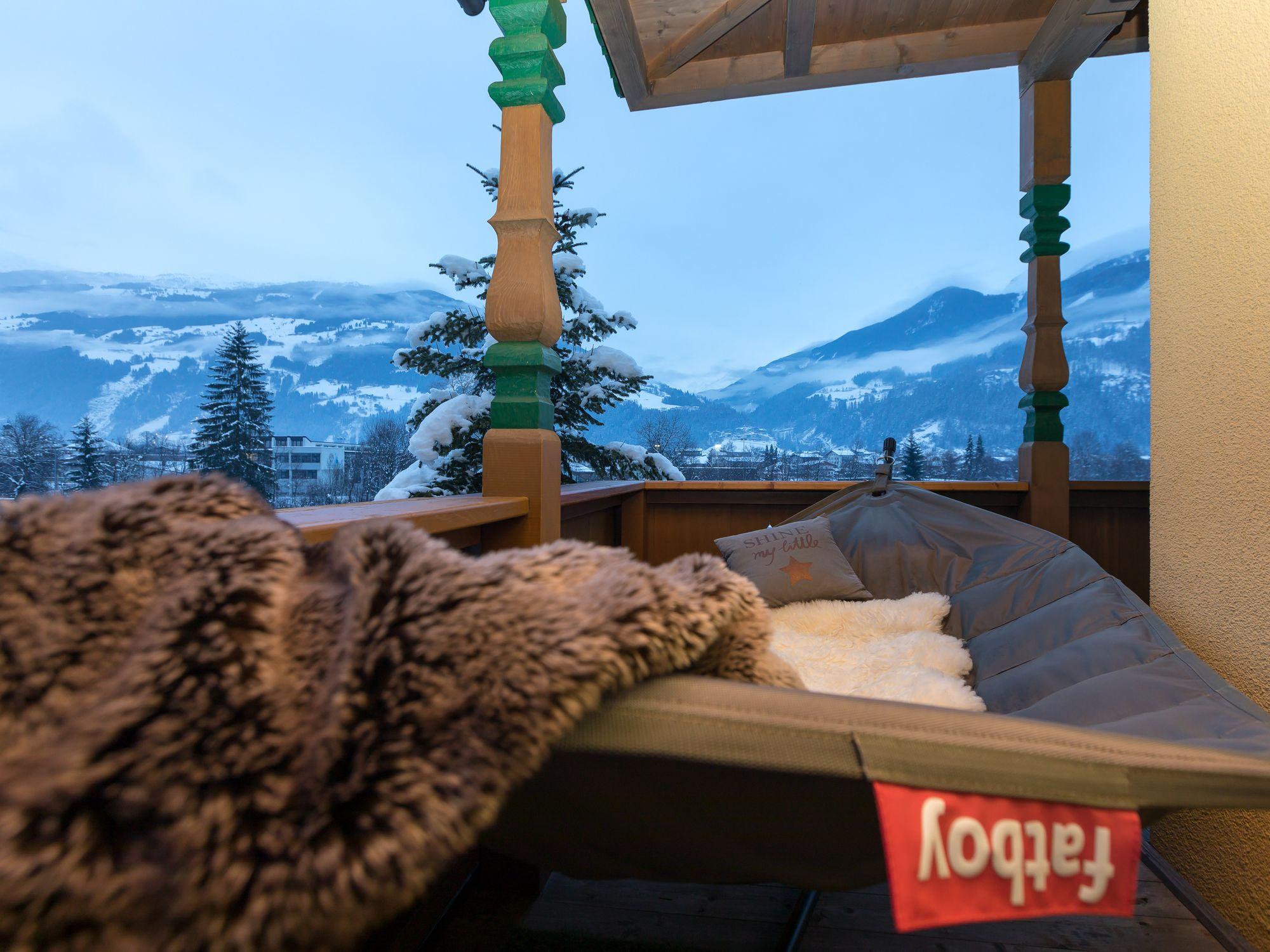 Gemütliche Balkonmöbel auf unseren Balkonen